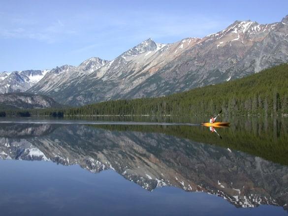 Mit dem Kanu einen der vielen Seen in Kanada erkunden, was für ein Erlebnis. Foto © Julie Ovenell-Carter
