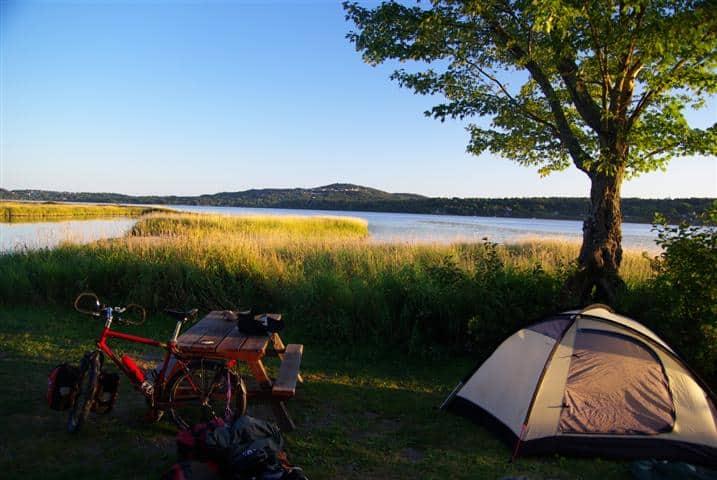 Idyllisch: Zeltplatz am See auf der Radtour von Toronto nach Halifax