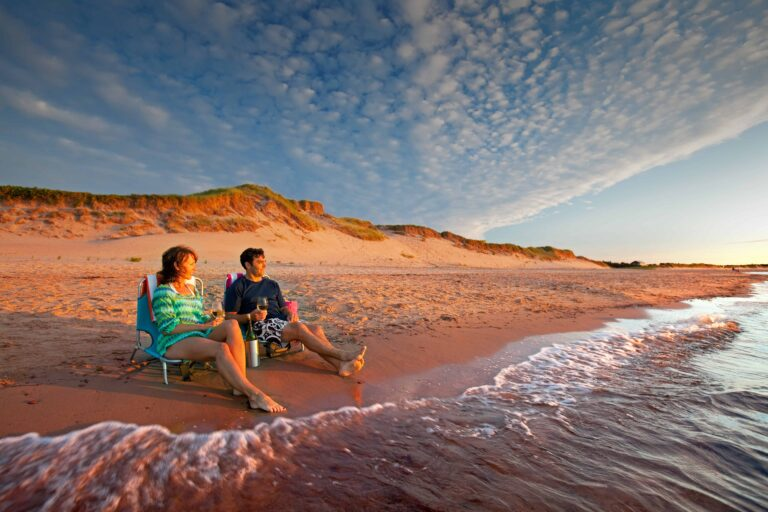 Paar am Strand von Prince Edward Island