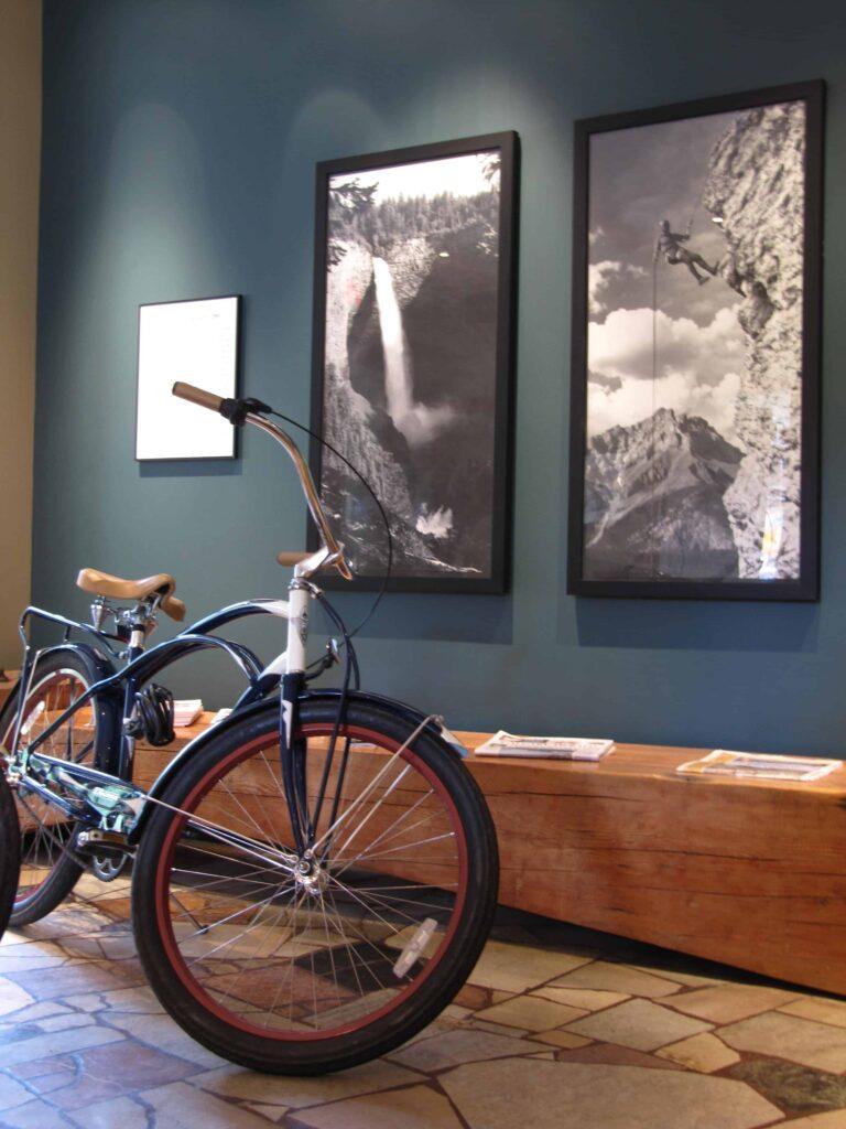 Ein Fahrrad und eine Bank aus recyceltem Holz: die Lobby des The Juniper (c) Julia Schoon