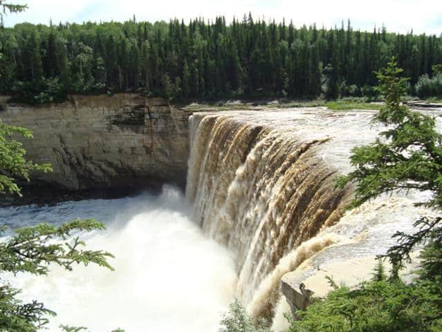 Auf 100 Metern breite stürzen sie 32 Meter in die Tiefe: die Alexandra Falls (c) Berthold Baumann
