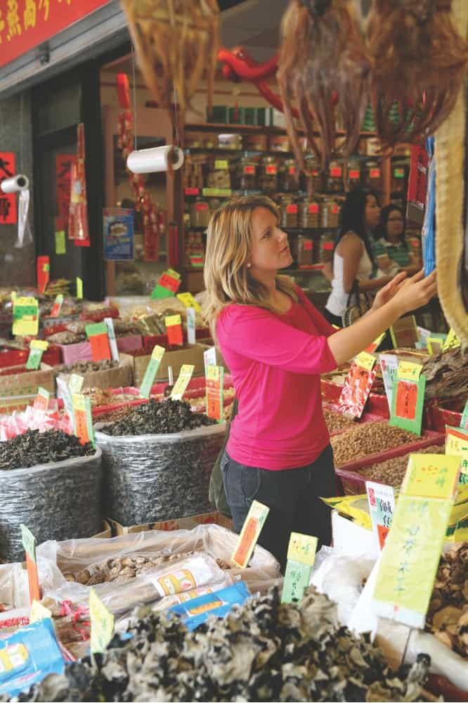 Frau stöbert auf einem Markt in Vancouver