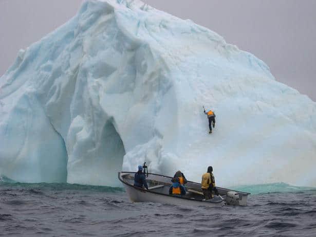 Die einheimischen Fischer halten sie für verrückt: Eisbergkletterer (c) Bernadette Calonego