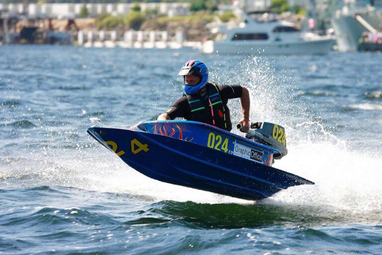 Badewannen-Schnellboot beim Rennen