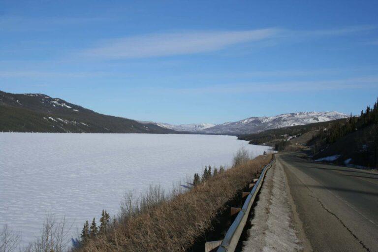 zugefrorener See auf dem Weg nach Dawson City