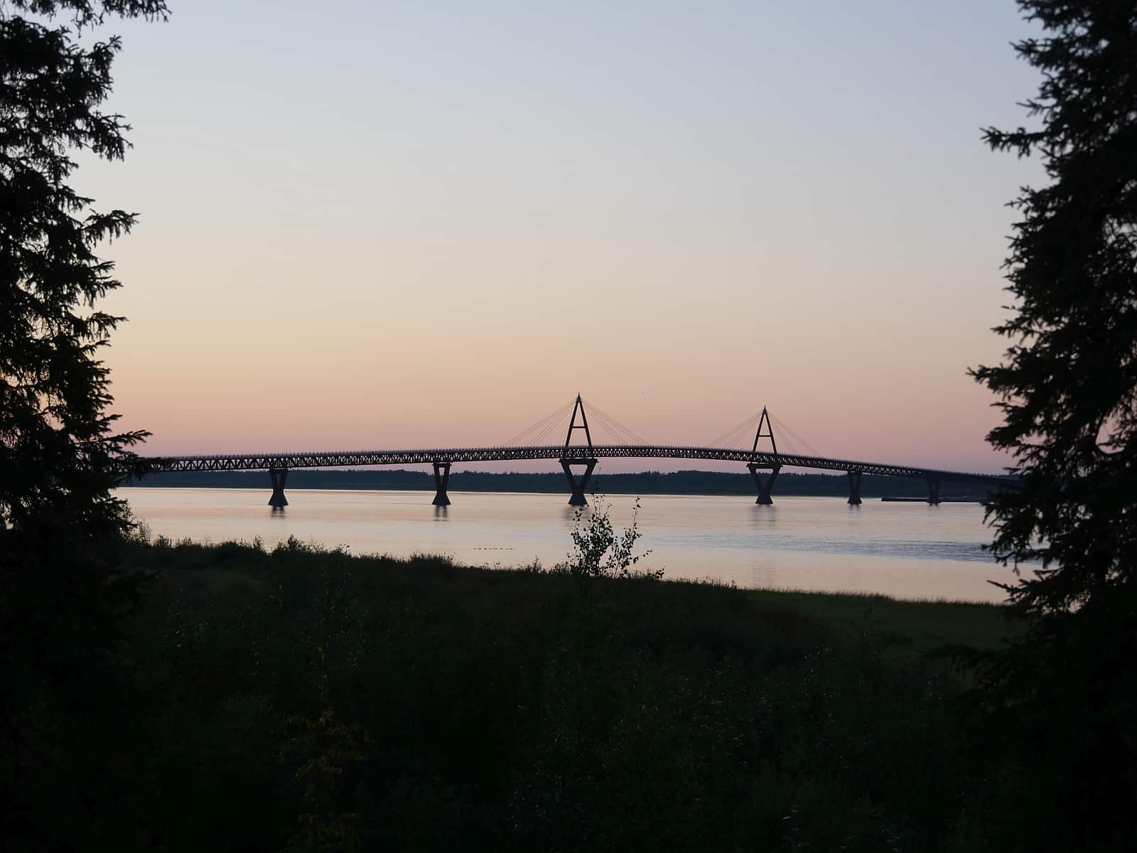 Die 2012 eröffnete Deh Cho Bridge über den Mackenzie River bei Fort Providence, NWT. Foto Alfred Pradel