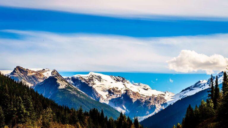 Blick über die Landschaft des Glacier Nationalparks mit seinen schneebedeckten Bergen in der Nähe des Rogers Pass. Foto harrybeugelink@gmail.com/Deposit