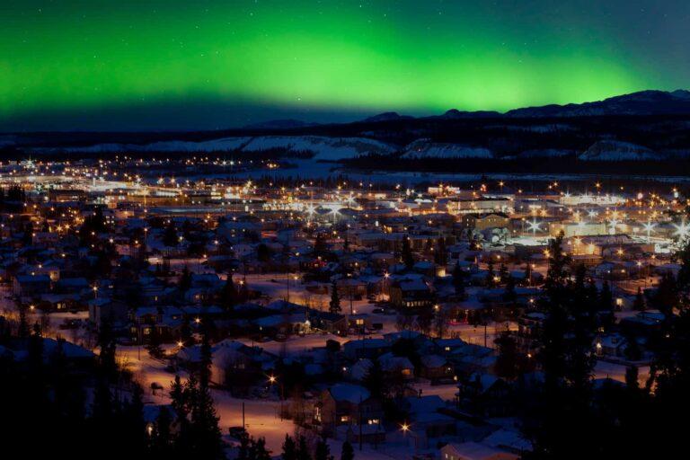 Ein wunderschöner Anblick. Winternacht mit den beeindruckenden Nordlichtern über Downtown Whitehorse. Foto PiLens / Deposit
