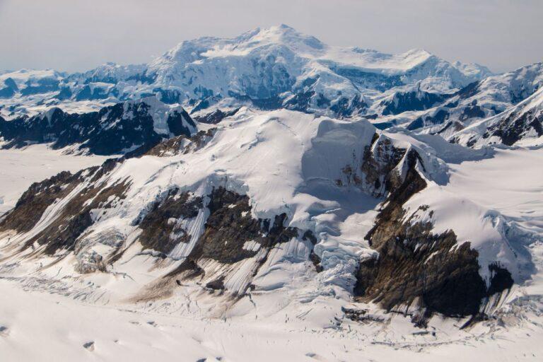 Der Mount Logan ist der König des Kluane Nationalpark and Reserve. Er ist mit 5959 Metern Höhe der höchste Berg Kanadas und der zweithöchste des nordamerikanischen Kontinents. Der Mount Logan zählt zu den Seven Second Summits. Foto roussien / Deposit