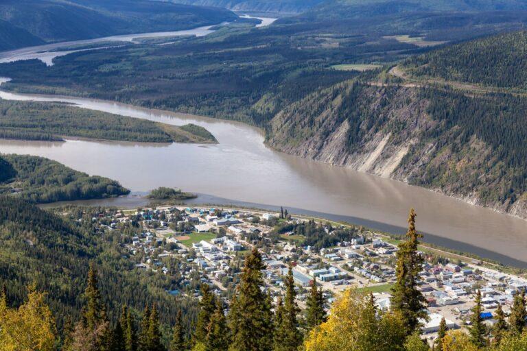 Ein Blick auf die historische Goldgräberstadt Dawson City am Zusammenfluss von Klondike und Yukon River. Foto edb3_16 / Deposit