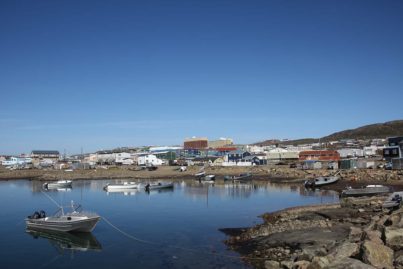 Blick auf Iqaluit, die Hauptstadt Nunavuts. Foto Sebastian Kasten/https://creativecommons.org/licenses/by-sa/3.0/deed.en