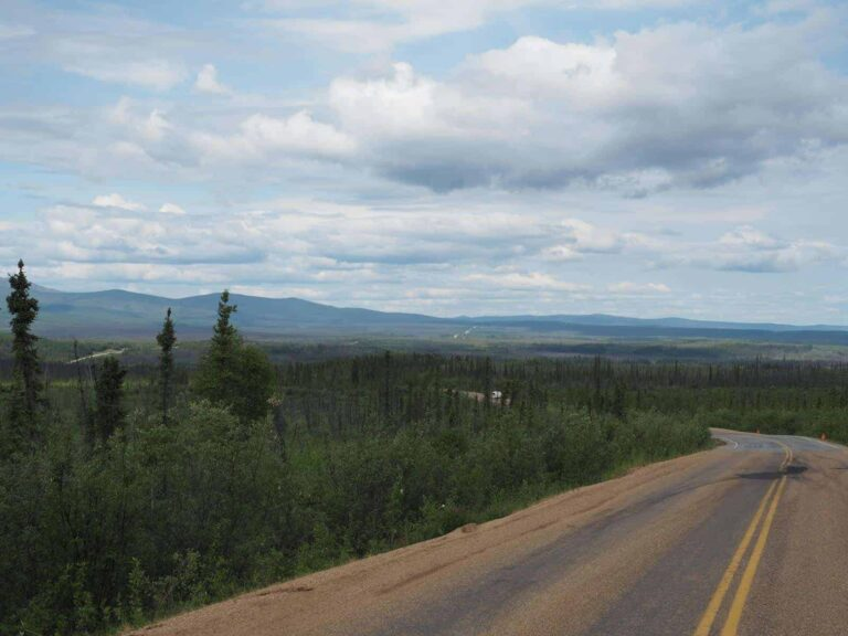 Der Top Of The World Highway im Yukon ist keine einfach zu befahrende Straße. Aber die Aussicht auf traumhaften Landschaften entschädigt für die Fahrt auf der Gravel Road. Foto Tobias Barth