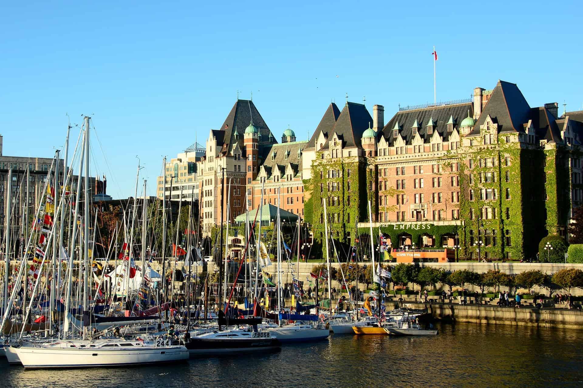 Victoria Downtown mit dem Inner Harbour mit Blick auf das Empress Hotel.