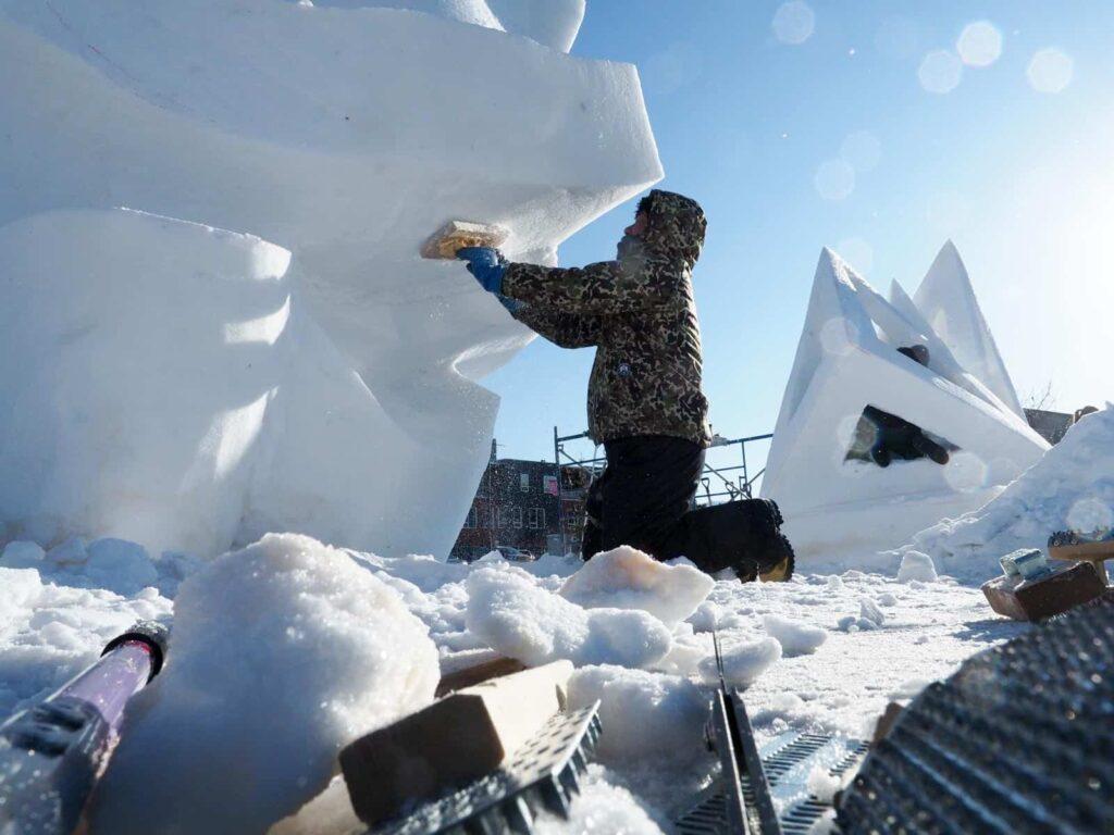 Es steckt viel Arbeit in den leider vergänglichen Kunstwerken aus Schnee. Foto: Tobias Barth