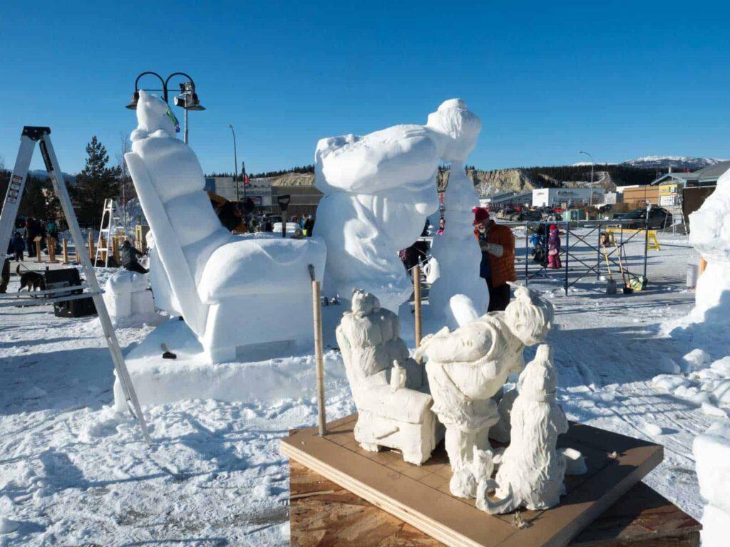 Skulpturen, vom Gipsmodell in den Schnee, detailgetreu und vergänglich. Foto: Tobias Barth