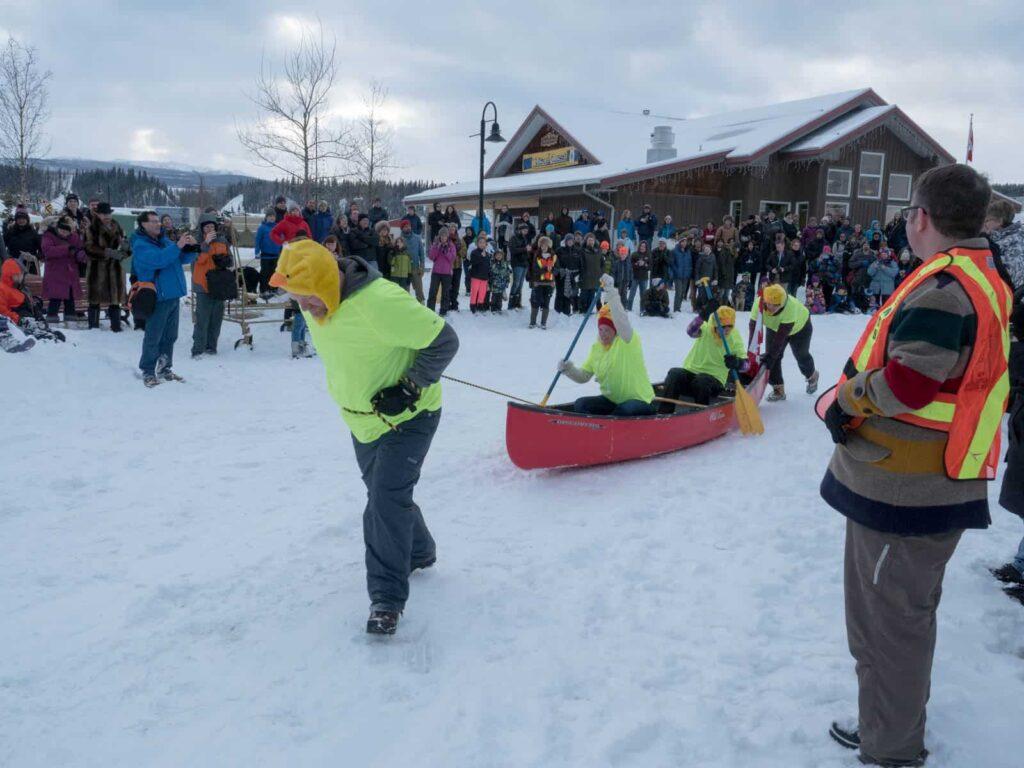 Ein lustiger Contest im Schnee, der hartes Wasser Kanu Wettbewerb. Foto: Tobias Barth
