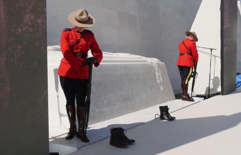 Polizisten der RCMP halten Ehrenwache am Mahnmal von Vimy Ridge. Foto Alfred Pradel