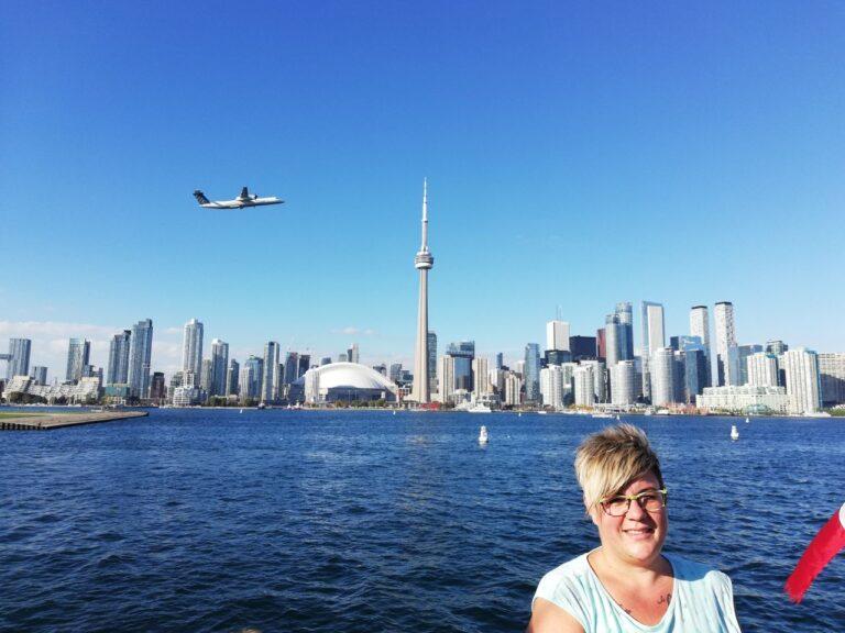 Geschäftsführerin Manuela Wagner vor der Skyline von Toronto. Foto CDT
