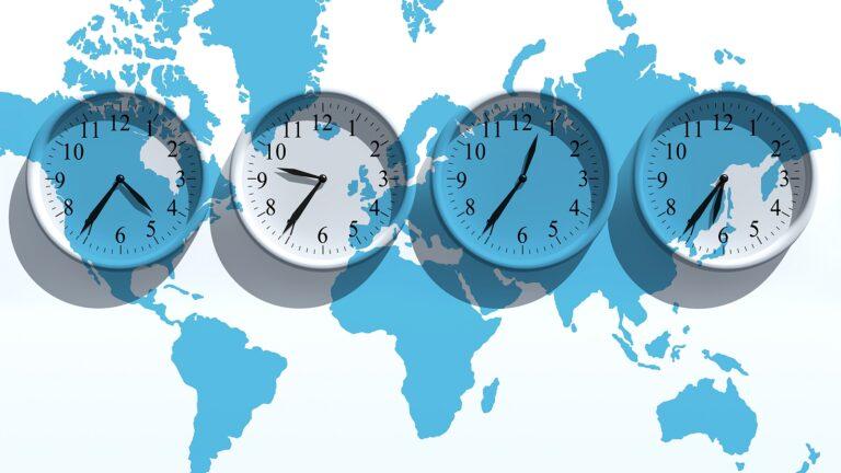 Die Zeitzonen, von Uhren angezeigt. Foto Yakobchuk / Deposit