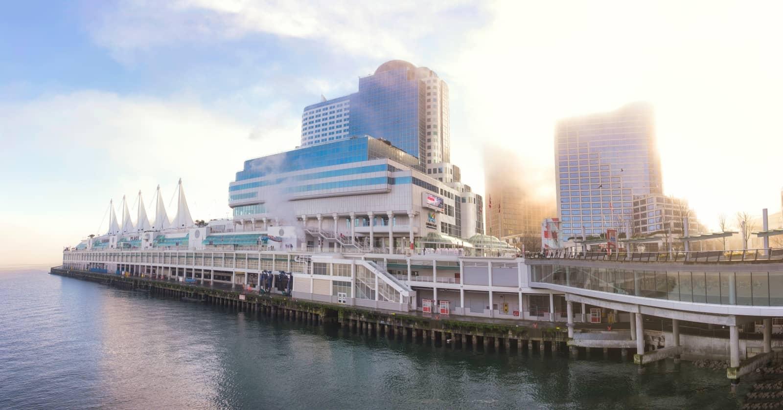 Canada Place Vancouver mit Anlegestelle der Kreuzfahrtschiffe Foto rgbspace