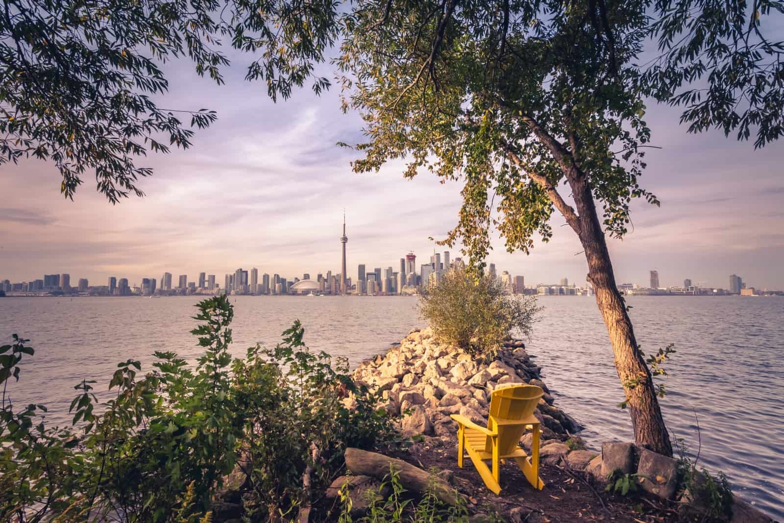 Ein wunderbarer Blick von Toronto Islands auf Downtown Toronto mit dem CN Tower und dem Rogers Centre. Foto ibonk