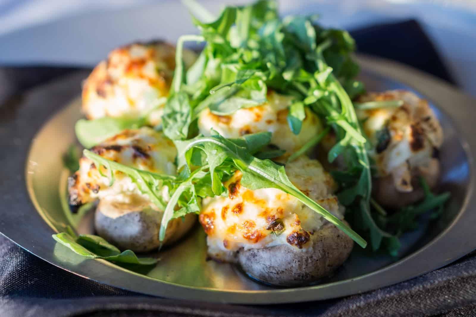 Teahouse Stuffed Mushrooms, mit Krabben, Shrimps und Frischkäse gefüllte Pilze. Was für eine Delikatesse. Foto