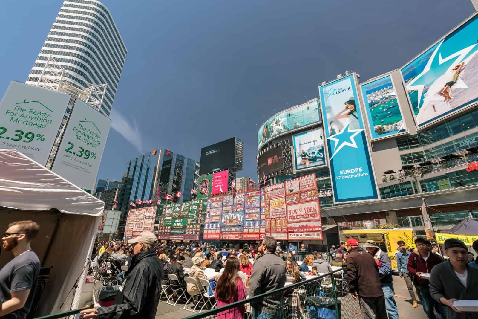 Der Dundas Square in Toronto, mit 56 Millionen Menschen jährlich sicherlich der am meisten frequentierte öffentliche Platz Kanadas. Foto vitalhuman