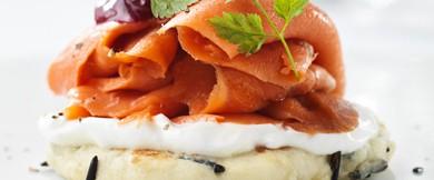 So schmeckt Kanada: Räucherlachs mit Wildreis-Blinis und Cranberry-Kompott