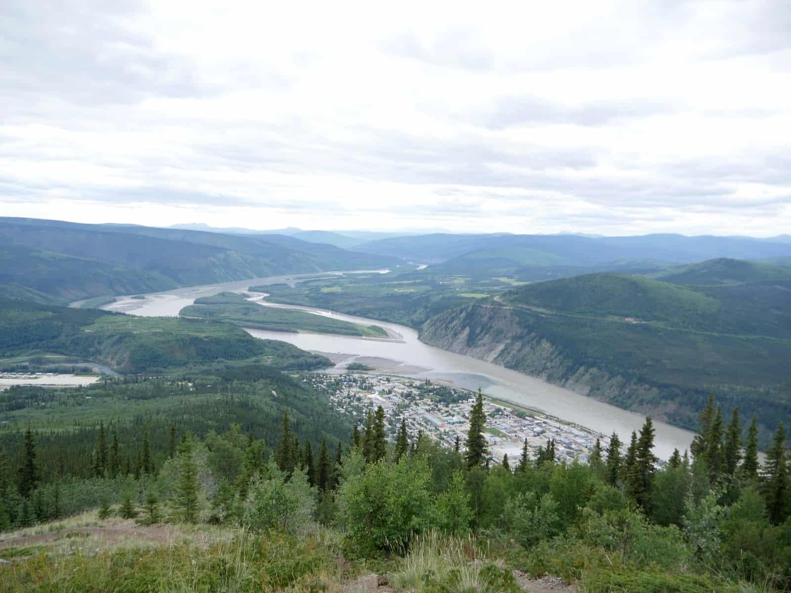 Blick auf die Goldgräberstadt Dawson City mit Mündung des Klondike River in den Yukon River. Foto FasziKa