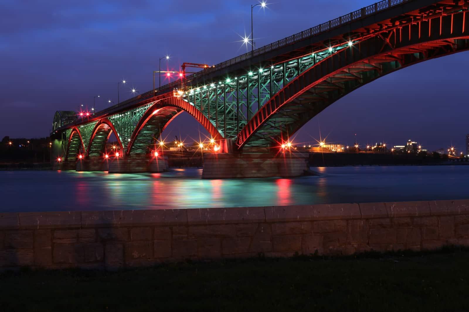 Abendstimmung an der Peace-Bridge zwischen Fort Erie, Ontario und Buffalo, NY am Eriesee. Foto FrenchToast/BigStock