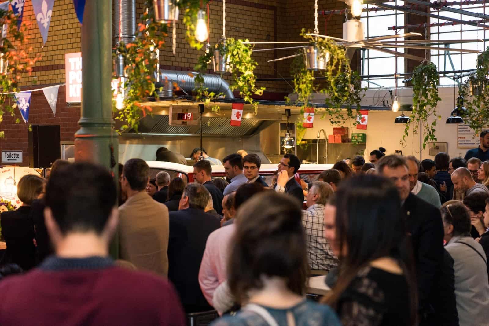 """Viel Prominenz aus Politik und Gesellschaft aus Kanada und Deutschland hat die gelungene Eröffnungsfeier von """"The Poutine Kitchen"""" begleitet. Foto ThePoutineKitchen"""