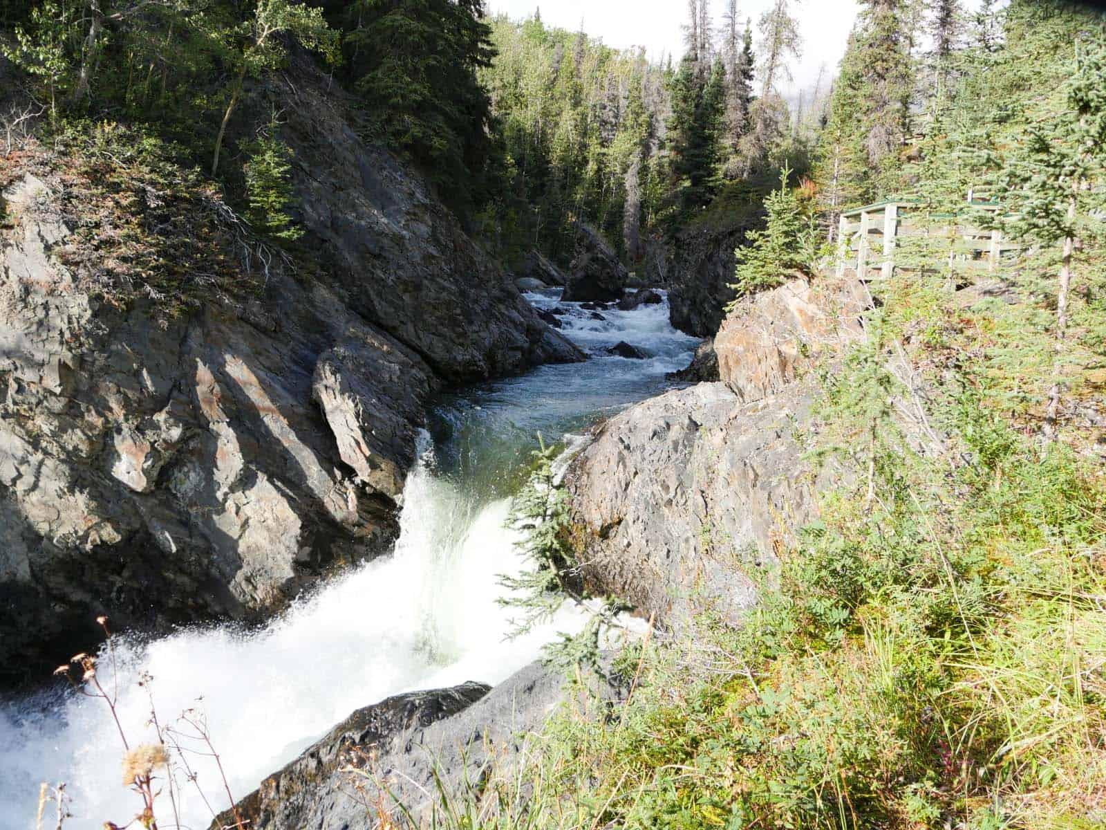 Eindrucksvoll stürzt der Takahanne River an den Million Dollar Falls in die Tiefe. Foto Faszination Kanada