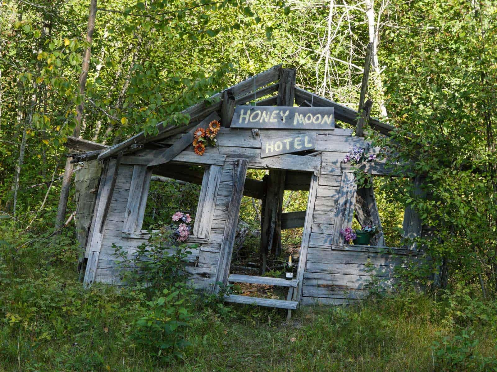 Wer möchte sich nicht in diesem Honey Moon Hotel sein Ja-Wort geben. Gesehen am Haines Highway zwischen Haines und der Staatsgrenze zwischen den USA und Kanada. Foto Faszination Kanada