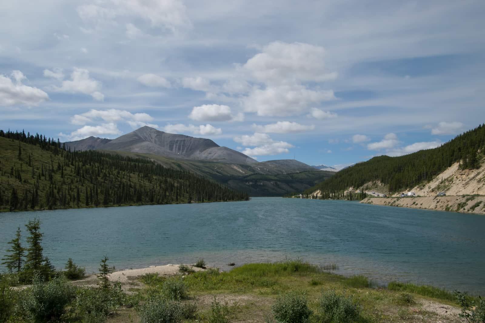 Der herrlich gelegene Summit Lake lädt zur Rast ein. Der Campingplatz war gut frequentiert, was aber bei der grandiosen Landschaft kein Wunder ist. Foto Daniela Ganz