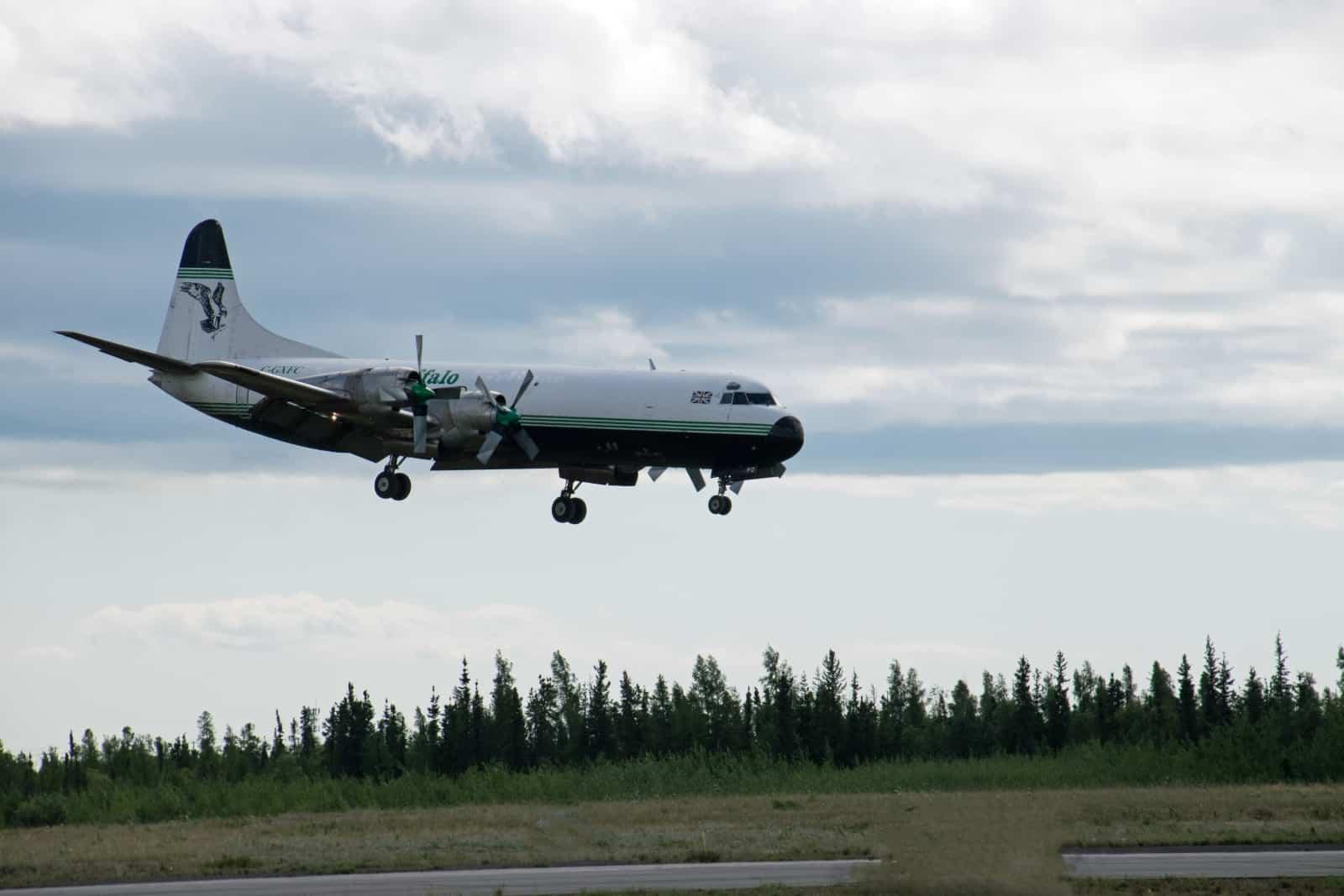Nach einem Frachtflug kehrt die Lockheed L-188 Electra der Buffalo Airways zu ihrem Heimatflughafen in Yellowknife zurück. Foto Daniela Ganz