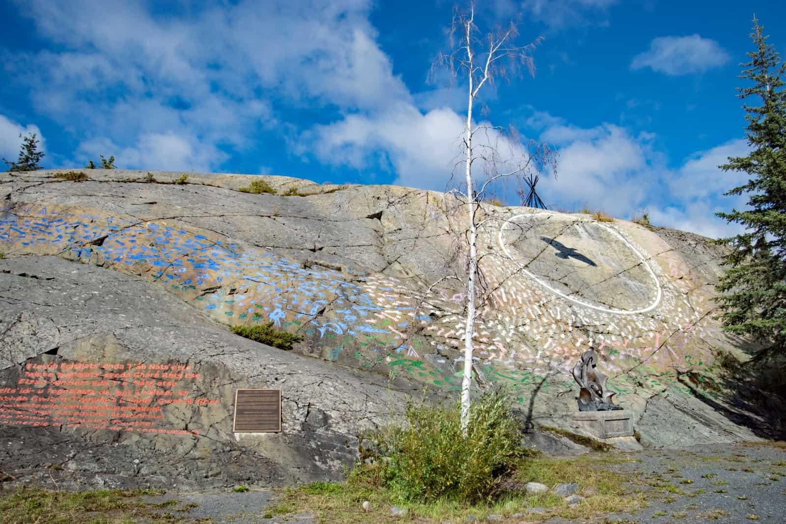 Die Malereien und Handabdrücke sollen den Zusammenhalt zwischen den First Nations und den europäischen Einwanderern in die NWT symbolisieren. Foto Daniela Ganz