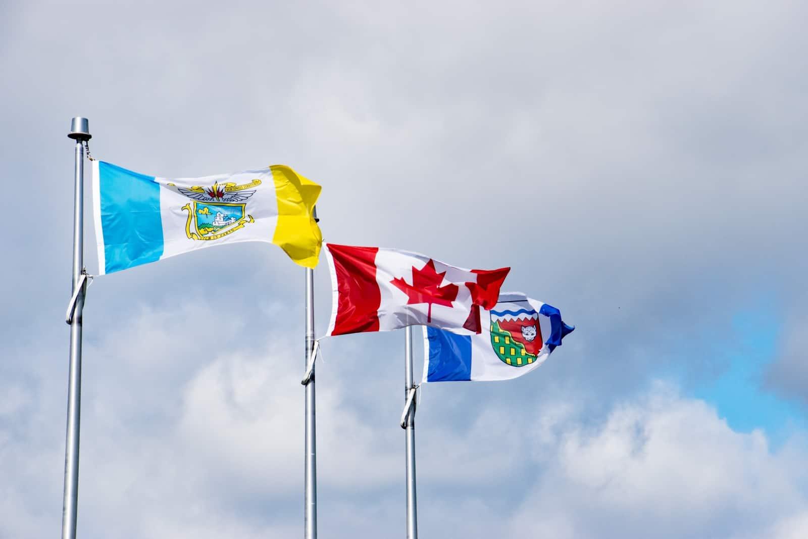 Die Flaggen von Yellowknife, Canada und Northwest Territorries am McMahon Frame Lake Trail, Yellowknife. Foto Daniela Ganz