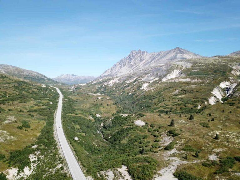 Die Haines Road oder Haines Highway, eine der schönsten Panoramastraßen der Welt aus der Luft gesehen. Foto TobiasBarth