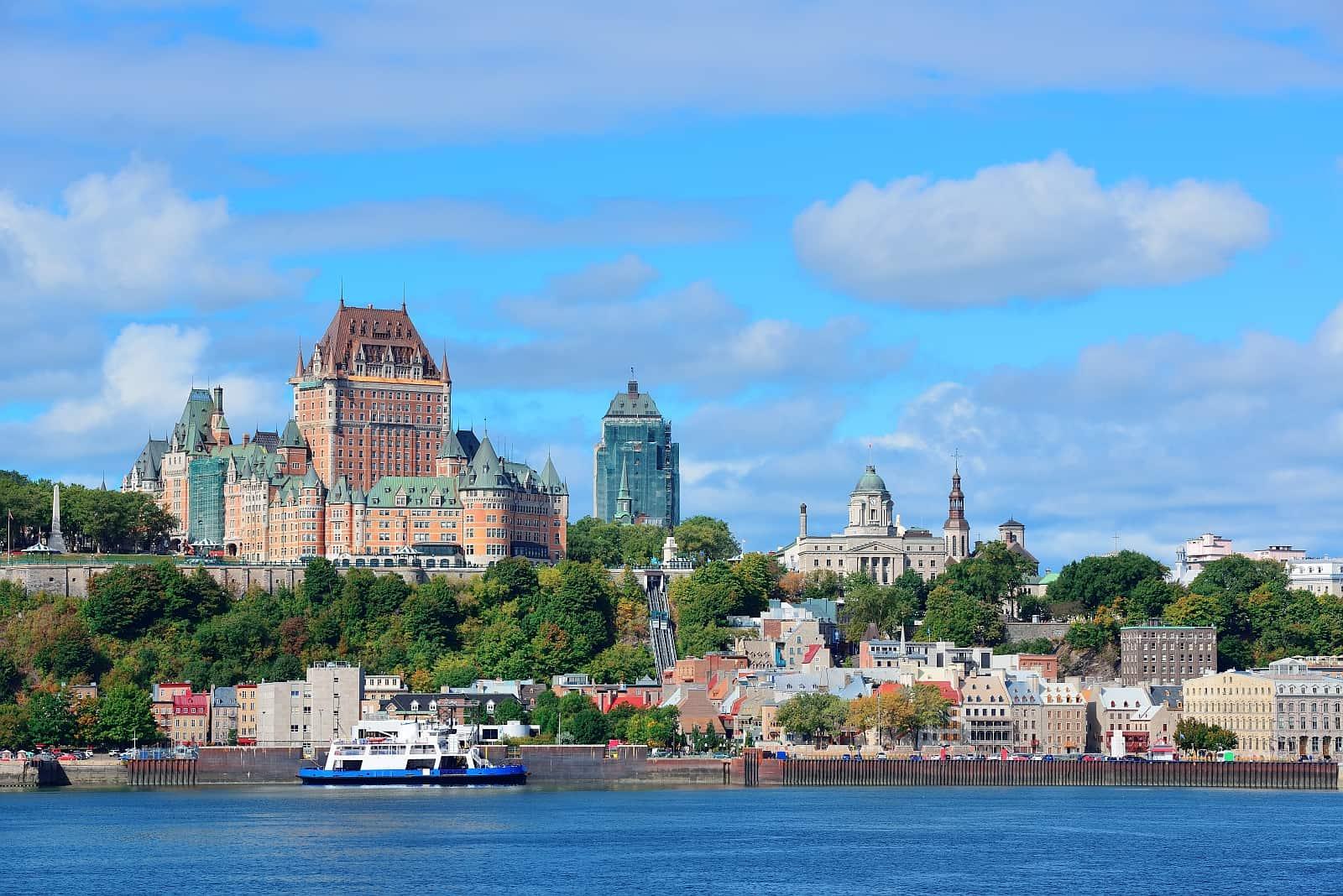 Mächtig und stadtbildprägend, das Fairmont Le Château Frontenac Luxushotel im Herzen von Quebec City.