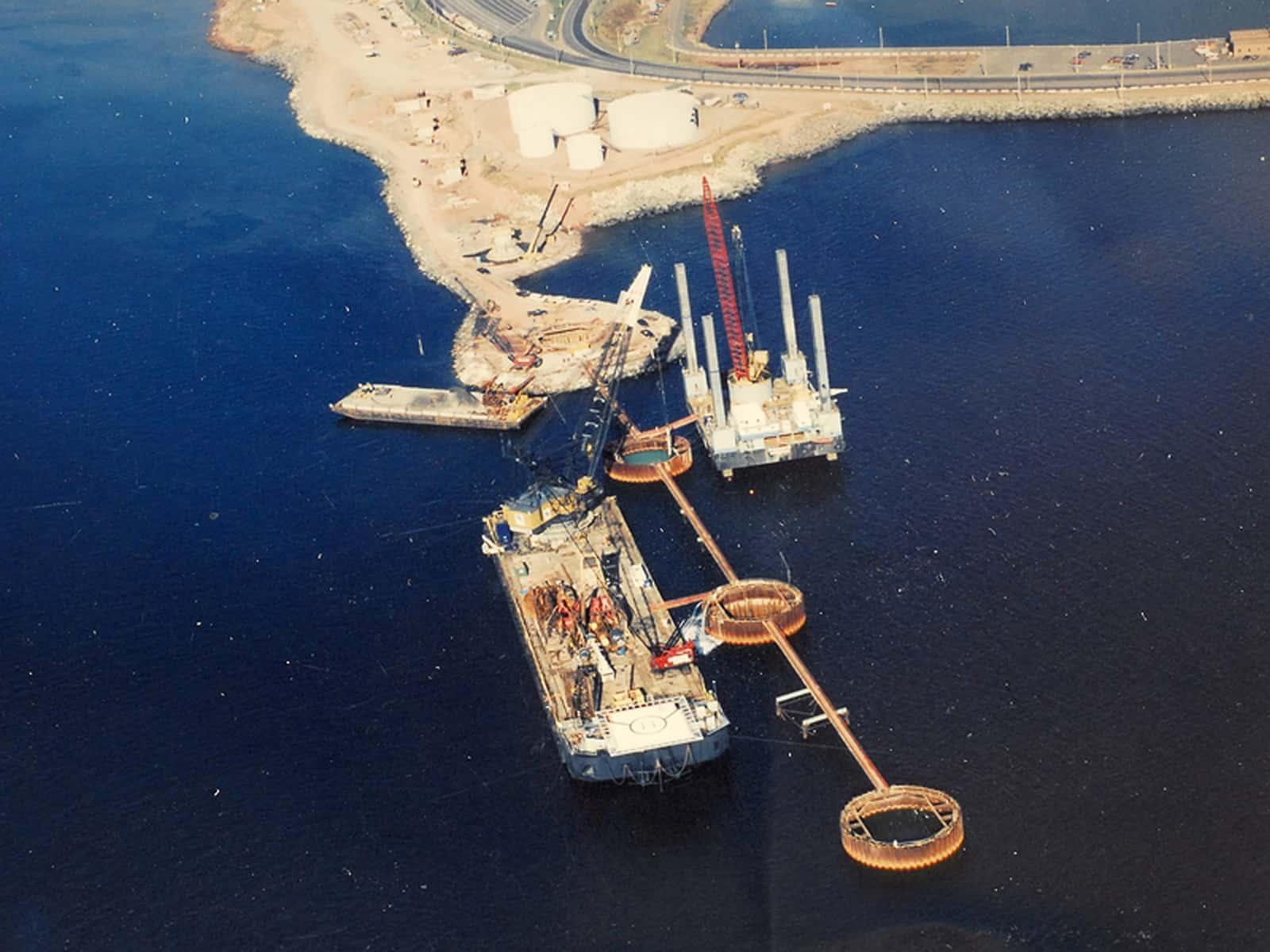Am 7. Oktober 1993 begannen die Bauarbeiten zum Bau der Confederation Bridge.