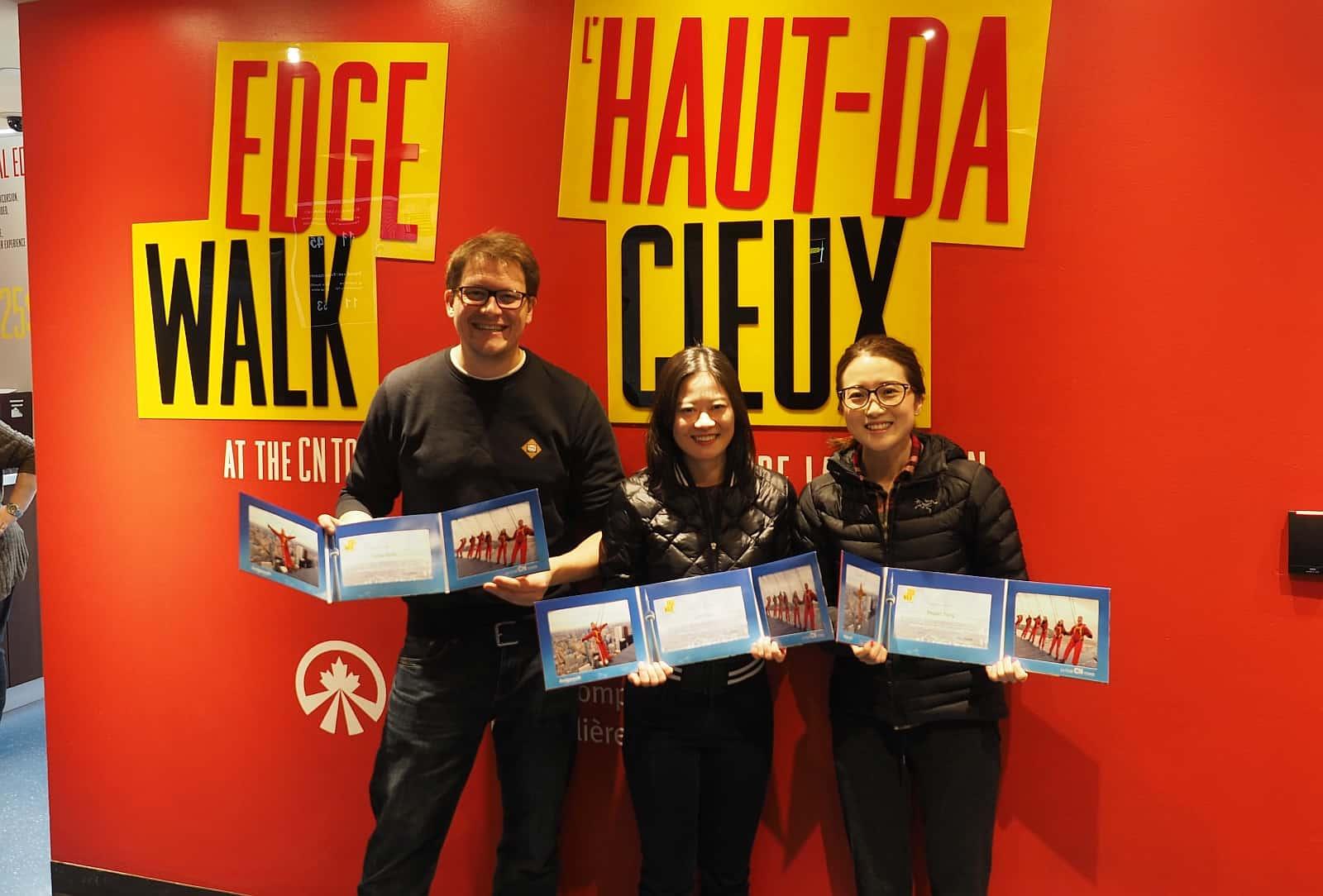 Geschafft, wir haben es geschafft, mit Brief und Siegel. Stolze Besitzer des Zertifikates, den Edge Walk absolviert zu haben. Foto Faszination Kanada
