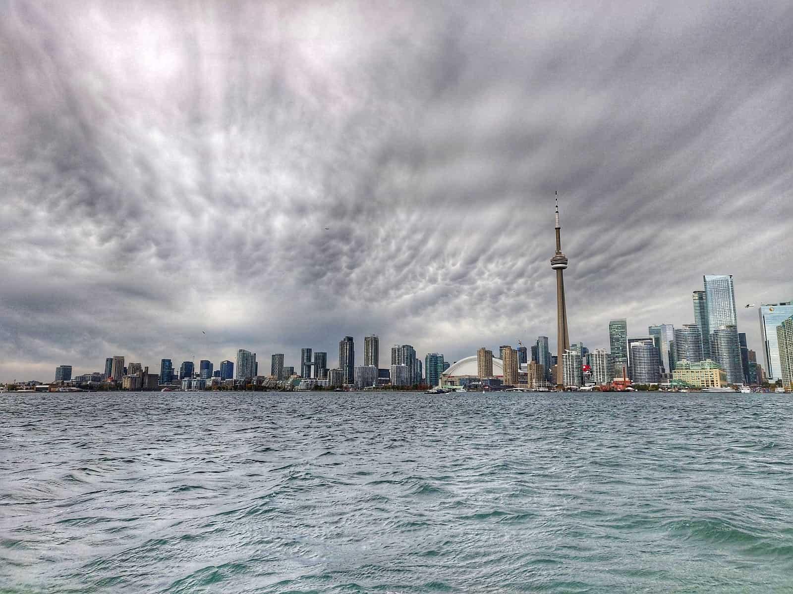 Blick auf die Skyline von Toronto mit dem CN Tower. Dort oben stürzen wir uns ins Abenteuer Edge Walk. Foto Faszination Kanada