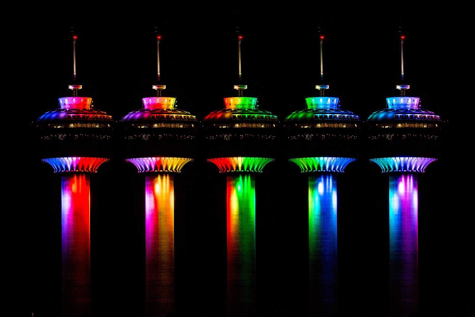 Nachts zeigt sich der Calgary Tower von seiner schönsten Seite. Farbenfroh illuminiert strahlt er über die Stadt. Foto Neil Zeller / CalgaryTower