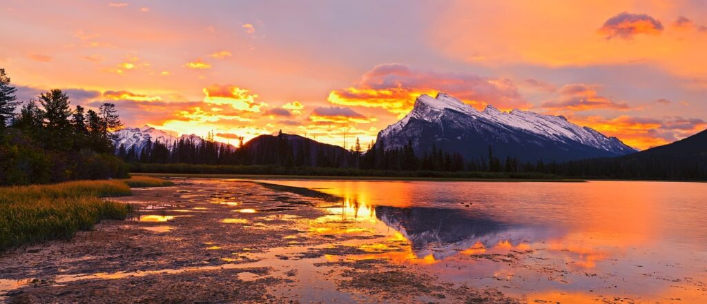 Traumhafter Sonnenuntergang am Vermilion Lake, Banff National Park. Foto a41cats/Stockfoto