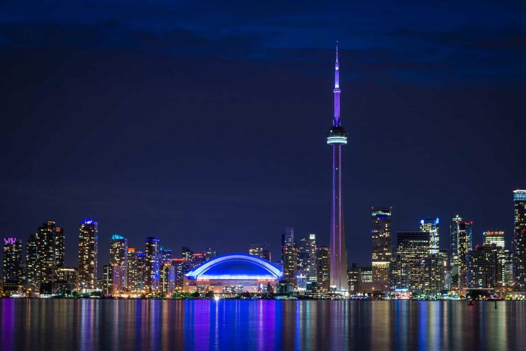 Blick auf die Skyline von Toronto mit dem stadtbildprägenden CN Tower. Foto mike_green/Stockfoto
