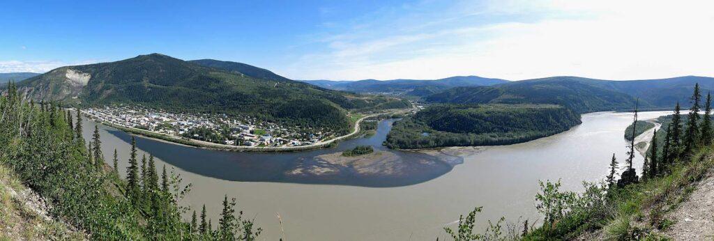 Panoramablick auf Dawson City mit der Mündung des Klondike River in den Yukon River. Foto Dajkramer/Stockfoto