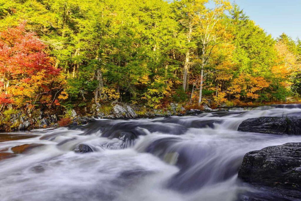 Mill Falls am Mersey River im Herbst, die schönste Zeit, den Kejimkujik National Park zu entdecken. Foto  Stock Image