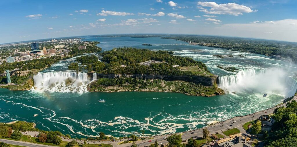 Die Niagarafälle im Panoramablick vom Skylon Tower aus gesehen. Foto igorzynik/Stockfoto