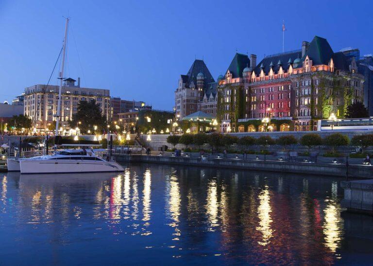 Blick auf das abendliche Victoria, die Hauptstadt der Provinz British Columbia. Foto Stockfoto/Deposit