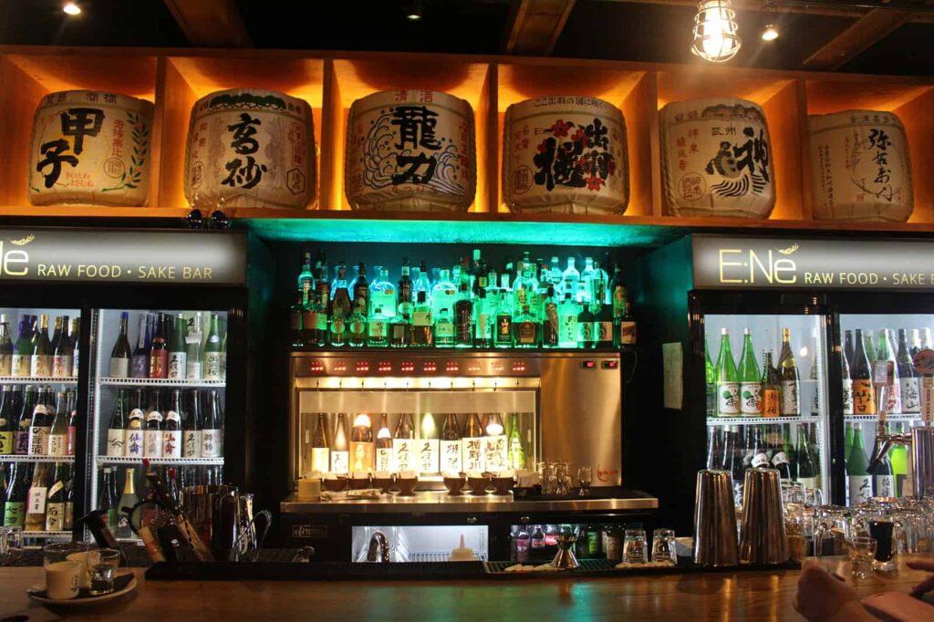 Auf ins Nachtleben von Downtown Victoria. Sake in der E:Ne Food und Sake Bar. Foto Destination Greater Victoria